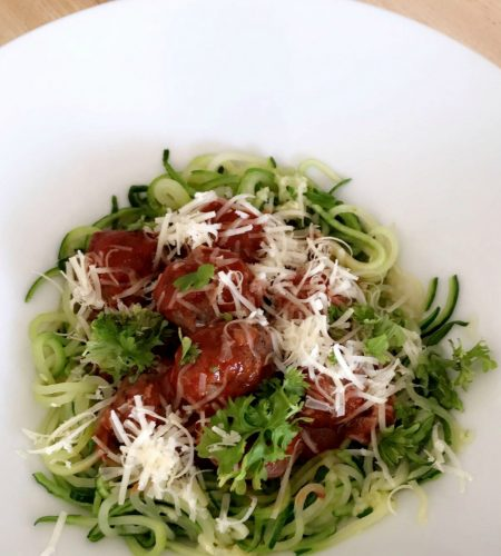 Zucchinispagetti med köttbullar i tomatsås