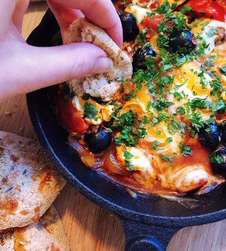Panna med ägg och ost i kryddig tomatsås