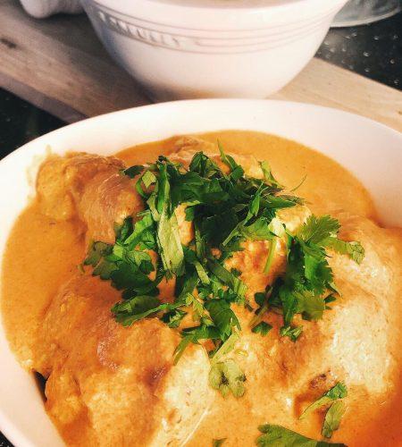 Kycklingköttbullar i röd curry med kokosmjölk