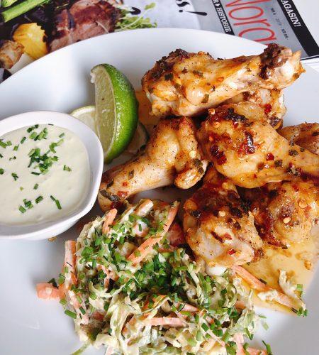 Chili Kycklingklubbor med färskostdipp och Wasabi Coleslaw
